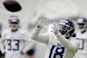 Titans rookie shows off catching skills with 1-handed grab